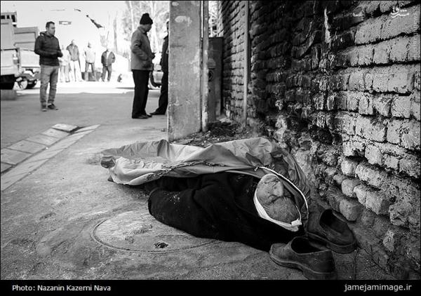 مرد پزشک در لباس کارتن خواب